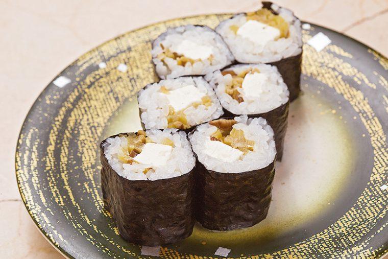 ↑ガッコチーズロール(270円) 秋田名物のいぶりがっこ (燻製たくあんの漬け物)を 使った創作寿司。いぶりがっ この燻製の香りとチーズの酸 味が絶妙なハーモニーを奏で る。まさに大人の味わいだ。