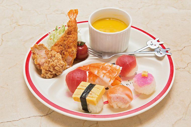 ↑お子様プレート(734円) 宇和海産まぐろの赤身やサーモン、えびなど の手まり寿司にエビフライと鶏唐揚げが付い たセット。デザートのマンゴープリンも美味。