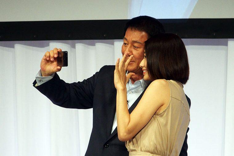 ↑眞鍋さんのアピールの甲斐もあって、杉さんは新機種BASIO2を使って一緒に自撮りを撮るまでスマホを使いこなせるように