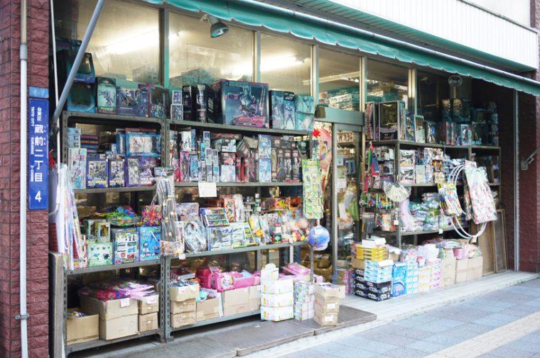 ↑数軒の店では、昭和からのデッドストックのオモチャを扱っていて、1点買いも可能