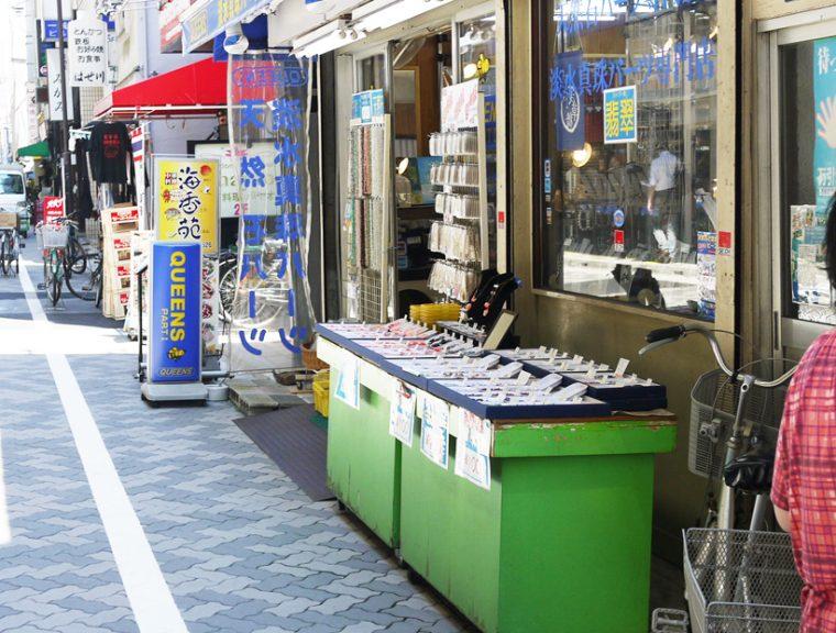 ↑ 飲食店が並ぶ中に、突如アクセサリー部品店があるのも界隈の特徴です。
