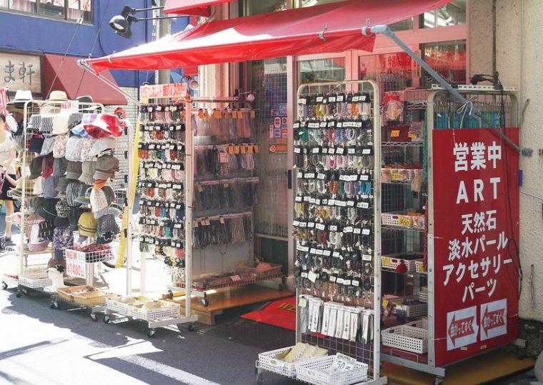 ↑浅草橋駅界隈には大・小様々なアクセサリー問屋、アクセサリー部品店が