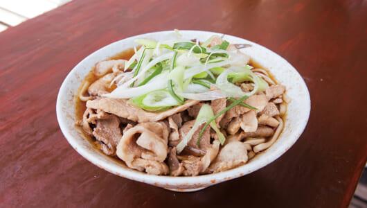 【昼は立ち食いそば】豪快な肉盛りでそばが見えない! 途中下車して食べる人続出中の椎名町「南天」