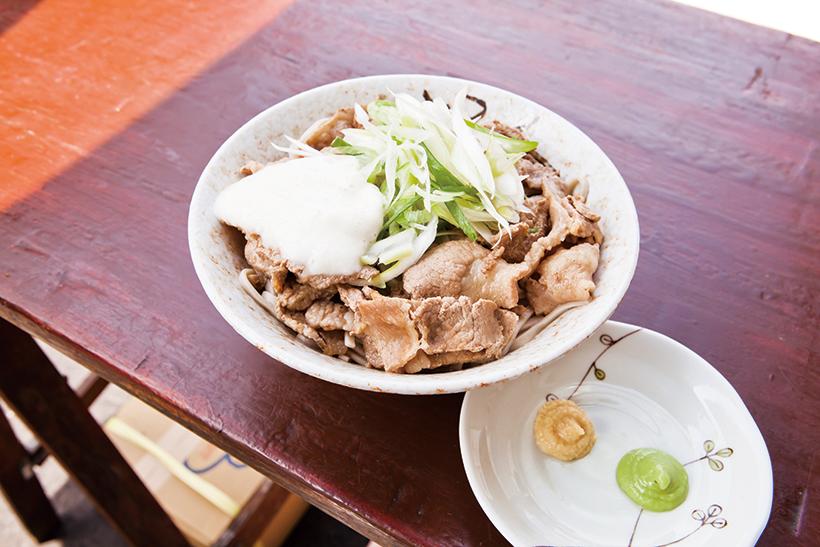 ↑冷やし肉そば(430 円)にとろろ(50 円)をトッピング。わさびやおろし しょうがをつければ、味の変化も楽しめる