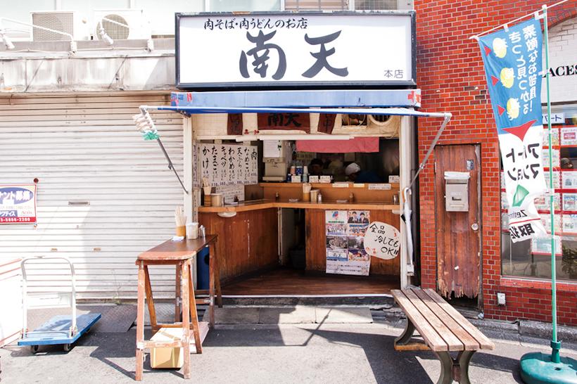 """↑店の外にもテーブルやベンチがある。太陽の下で食べる"""" 路傍のそば"""" もオツなもの"""