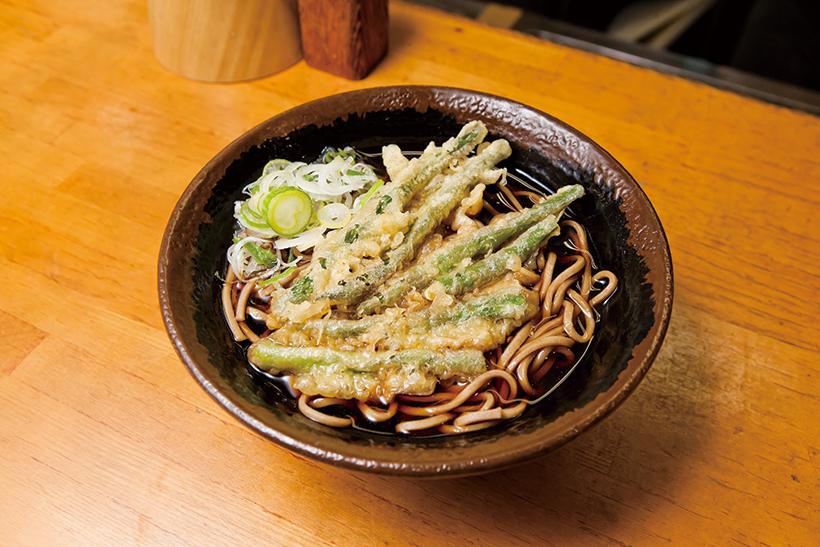 ↑インゲン天そば(400円)。いんげんをいかだ状に並べて揚げた天ぷらをトッピング。いんげんの豊かな香りが◎