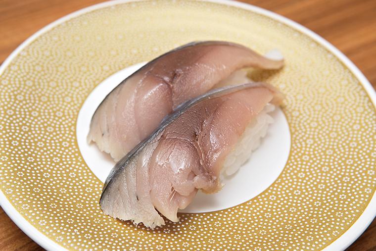 ↑しめ鯖にぎり/一貫(100円) さばはしっかりと〆られ、酸味のなかに凝縮した素材のうまみが感じられる。また、シャリは「京樽」の伝統の味を守り、甘みと酸味をしっかり共存させたクセのない味わいだ