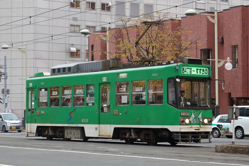 ↑やや角張ったスタイルの8500形。1985年に登場した。札幌市電オリジナルの緑色車体で走る