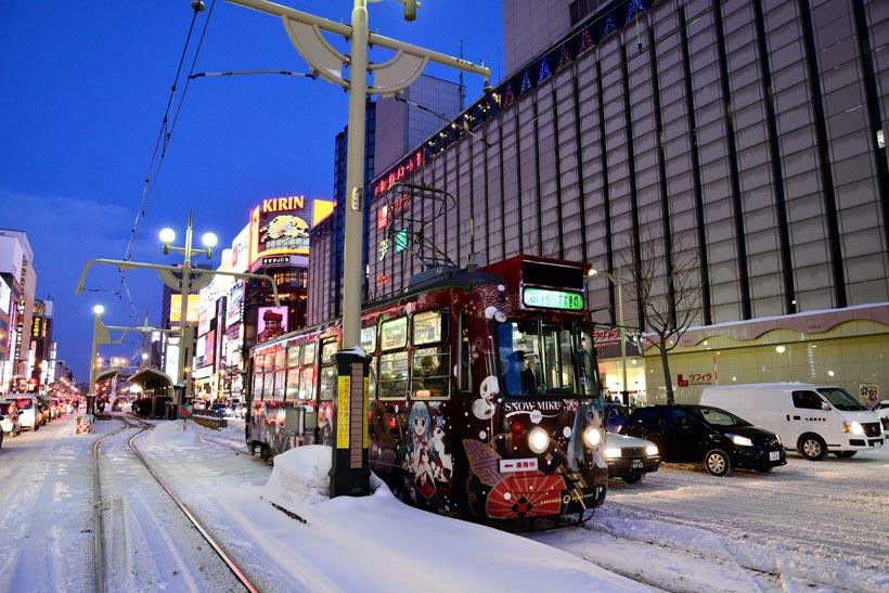 ↑センターポール区間を走る札幌市電210形(写真はラッピング当時のもの)