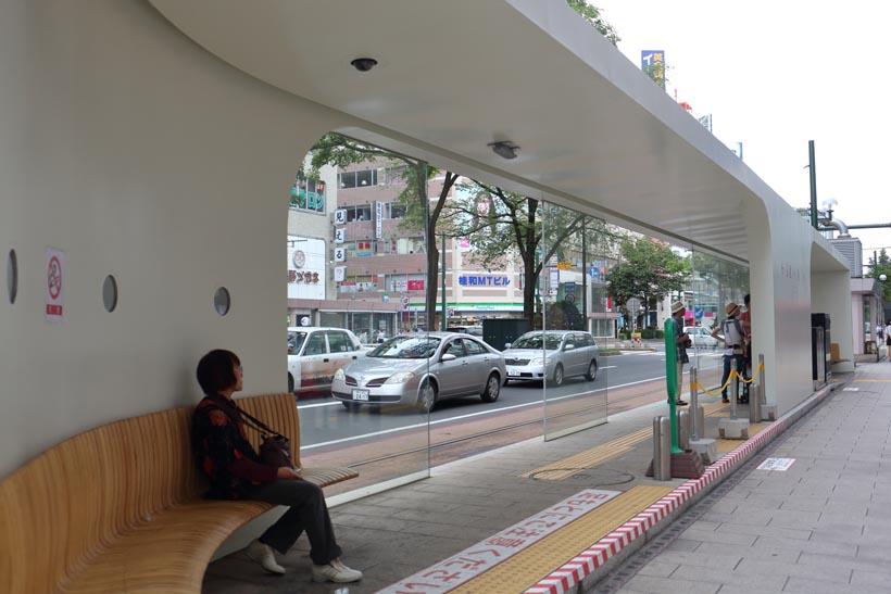 ↑新しく設けられた狸小路電停の建物。ベンチが置かれお洒落な雰囲気だ