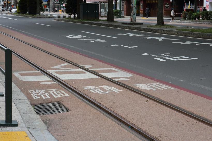 ↑道路上には路面電車専用と書かれる。タクシーの乗降もこのラインを避けて行われる