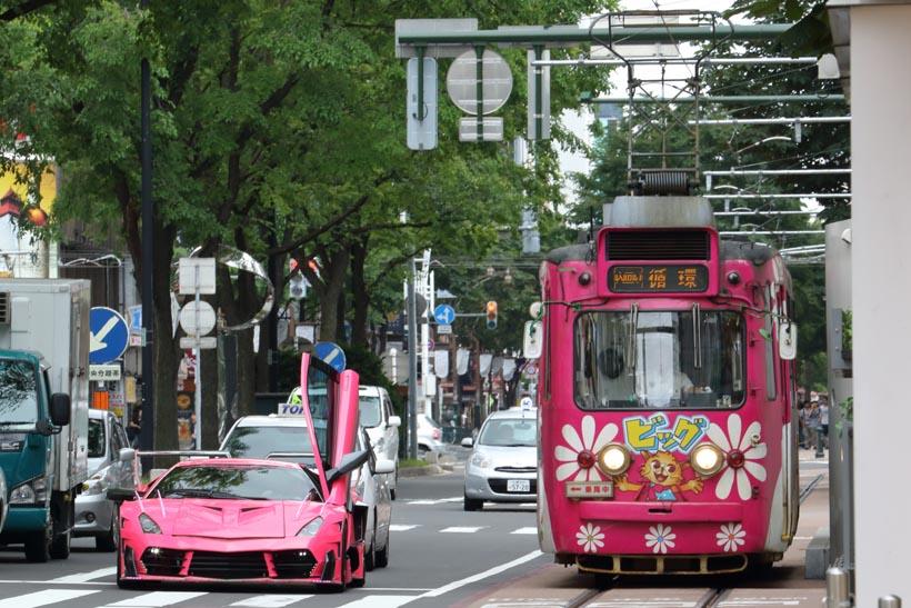 ↑新区間でピンク車体の250形とピンク色のスーパーカーが並ぶ姿がちょうど見られた