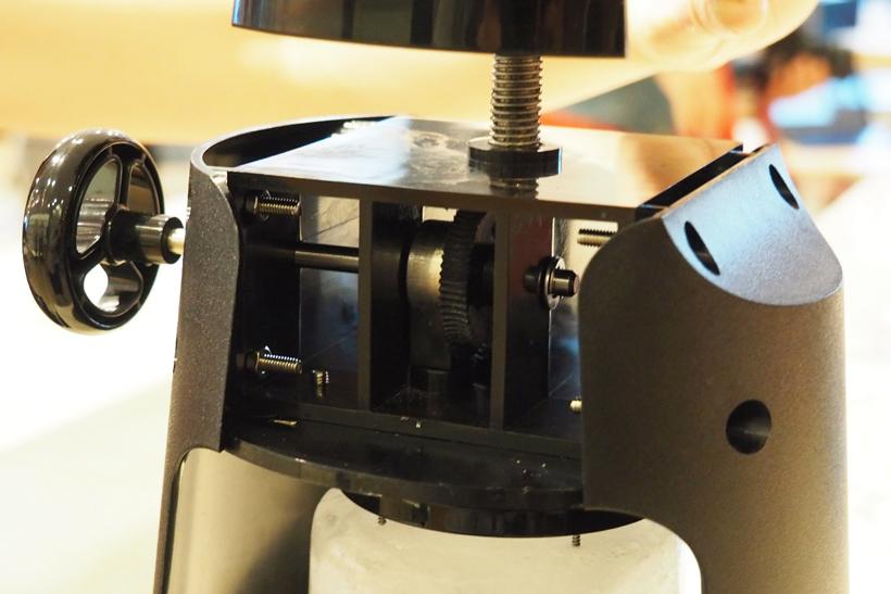 ↑本体ハンドル下に内蔵されている、歯車の形をしたウォームギア。強すぎる力がかかると、横の小ハンドルに力を分散させます