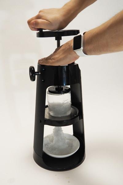 ↑軽い力で氷がサクサクと削れます。本体サイズが大きいため、ハンドルを一周させるだけで、一気にたくさんの氷が削れるのもうれしいポイント