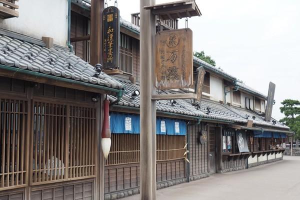↑東北自動車道「羽生PA(上り線)」には江戸の街並みを再現した「鬼平江戸処」が。さまざまな食事処が入っている