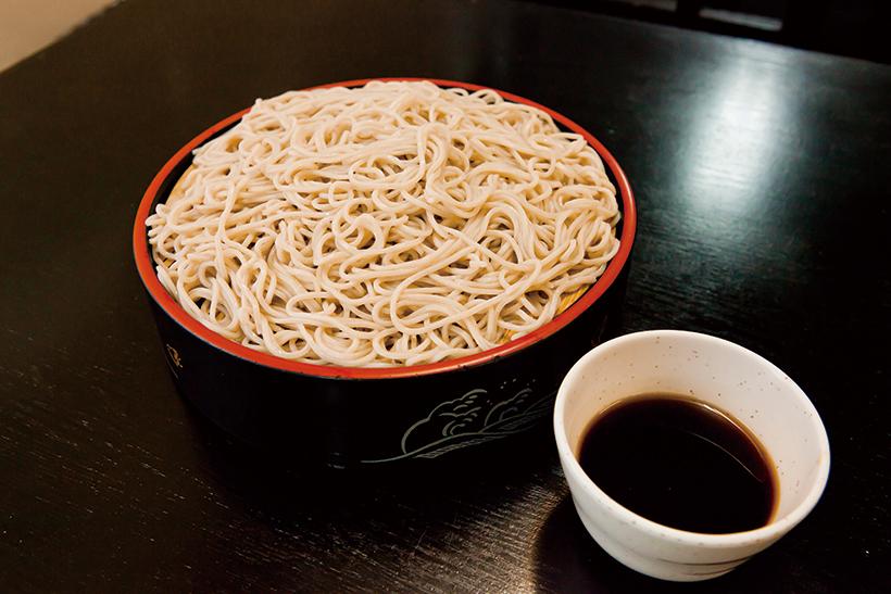↑もりそば(230円)。香り豊かな同メニューが230 円で堪能できる。「日豊庵」の運営元が製麺会社であるため、提供できる価格だ。