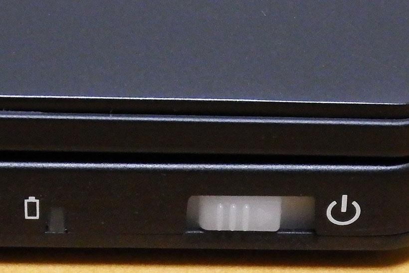 ↑前面にあるバッテリーLEDと電源スイッチ。