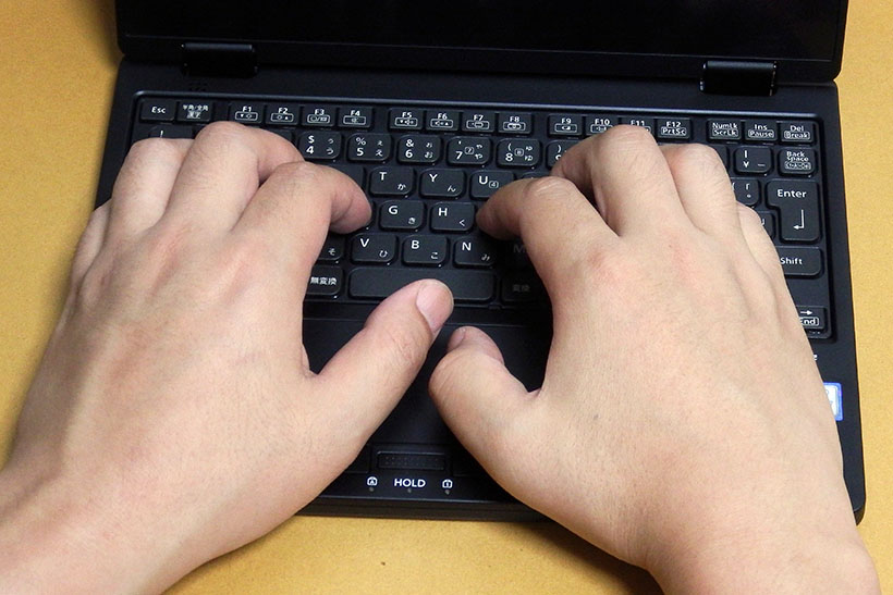 ↑ホームボジションに手を置いてみたところ。筆者の手は成人男性の一般的な大きさです。