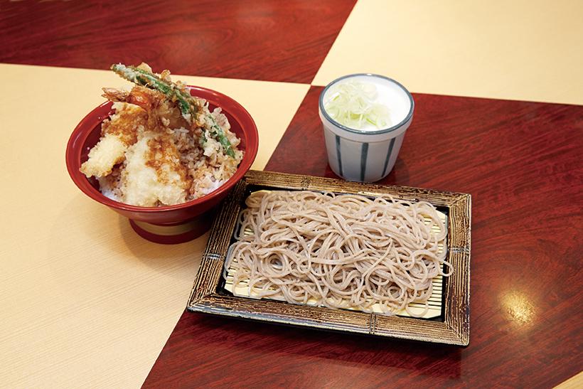 ↑天丼セット/冷(760円)。は揚げたての天ぷらがのった天丼と、香りとのどごしのいいそばが食べられて大満足