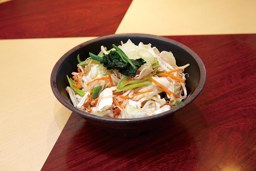 ↑野菜たっぷりそば(480円)。キャベツなどの野菜をサッと油通しし、野菜の甘みとシャキシャキ感を両立