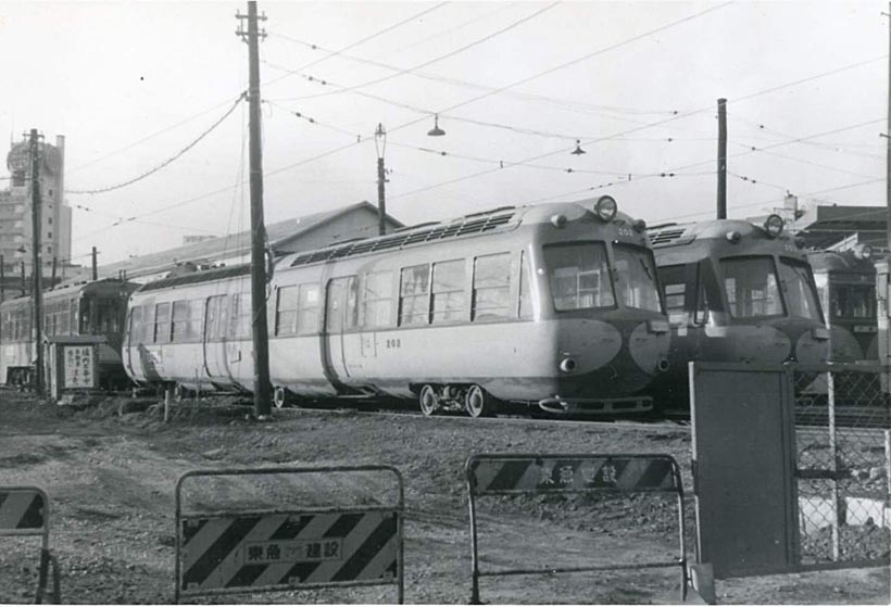 """↑大橋車庫に停まるデハ200形。流線型の高性能電車で""""ペコちゃん""""の愛称があった。現在、川崎市の「電車とバスの博物館」に展示保存されている"""