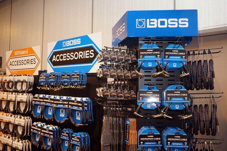 ↑従来から取り扱いのある「Roland」や「BOSS」ブランドは、販売店にて顧客が買い求めやすいように、ブランド別「什器」を提案