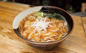 【昼は立ち食いそば】激戦区虎ノ門で盤石の人気店! 日本料理の技が生きた本格そばが旨すぎる「峠そば」
