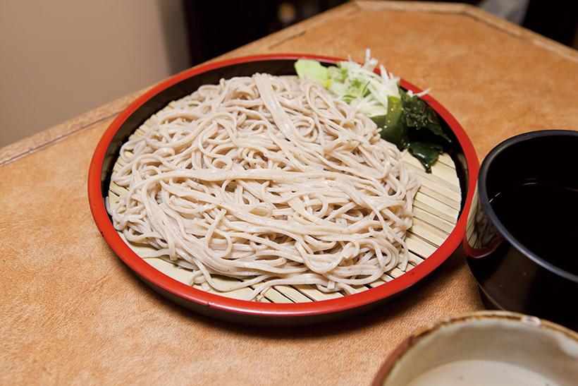 ↑「石臼挽きもりそば」細麺で、そばの香りと甘みが口いっぱいに 広がる「石臼挽きもりそば」。コシとのどごし も抜群だ。