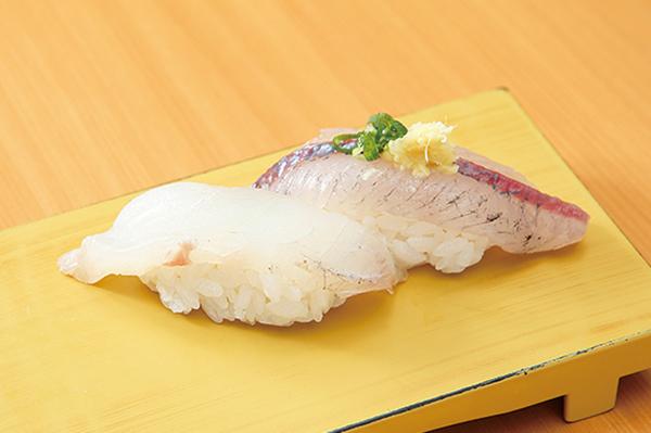 ↑白身/二貫(220円) 旬の白身を異なる種類で注文できる二貫盛り。まごち(左)はほどよい弾力と淡白なうまみが魅力。とびうお(右)は青魚のうまみがありつつ、さっぱりと食べられる