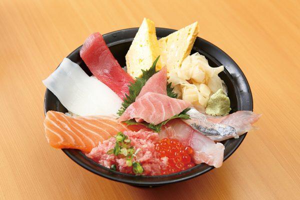 ↑海鮮丼(840円) 中とろやねぎとろ、サーモン、あ じ、いくらなどが乗った、具だくさんの丼。やや甘めの酢飯と相性がよく、食べ応えは抜群だ。ご飯が大盛り無料なのもうれしい。