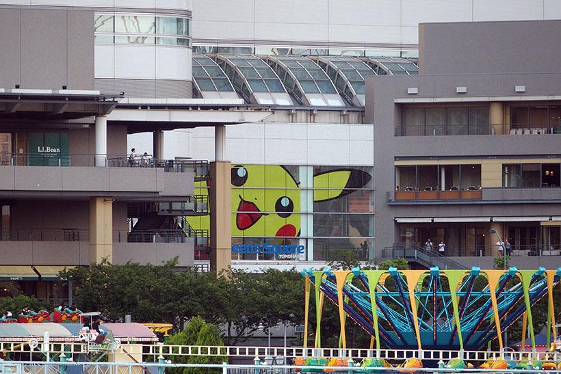 ↑横浜コスモワールドからクイーンズスクエア横浜を見ると、建物の中から覗き込んでいるような巨大ピカチュウが発見できます