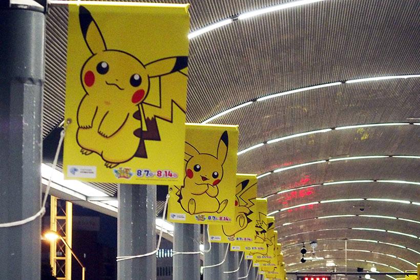 ↑桜木町駅へ向かう動く歩道もピカチュウだらけ