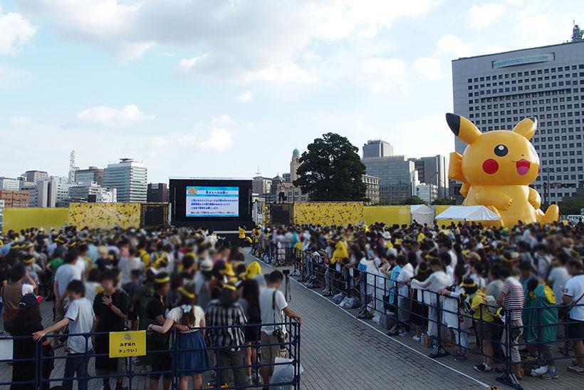 ↑横浜赤レンガ倉庫のステージでは、約5000人が参加。参加者がかぶっているピカチュウのサンバイザーは会場で無料配布していました