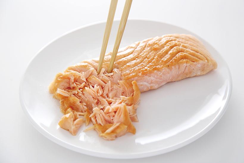 ↑サーモンの身は箸でていねいにほぐします。大きめにほぐせば、チャーハンの具材などにも使えます。