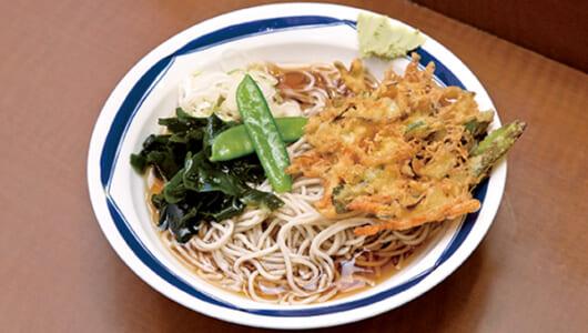 【昼は立ち食いそば】カラッと揚がった天ぷらが甘辛つゆ&細麺にマッチ! 若者やビジネスマンに愛され続ける「信州屋 渋谷店」