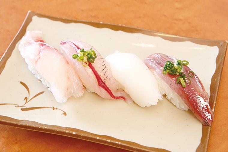 ↑朝獲れ・地魚四貫セット(486円〜) 金田湾朝獲れの地魚四貫盛り。A~Cの3セットがある。写真はAセットで、左からめじな、とびうお、めといか、うるめいわし。魚の種類は仕入れによって毎日変わる