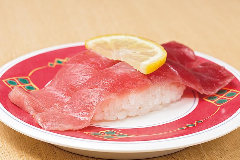 ↑塩マグロ/二貫(302円) めばちまぐろを塩水で〆た一品。まぐろの水分が適度に抜け、うまみが凝縮している。しかも、塩加減がちょうどよく、さっぱり食べられるのが特徴だ