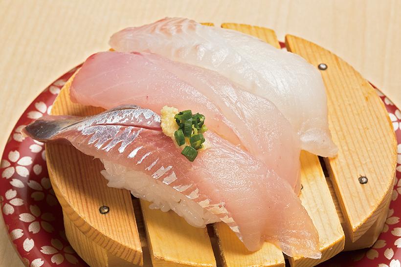 ↑根室鮮魚三種盛り(390円) 根室の地魚三貫。種類は日によって変わる。写真のさめがれい(上)はコリコリ食感、 あおそい(中)は淡白で滋味深い味。生にしん(下)はクセがなく食べやすい。