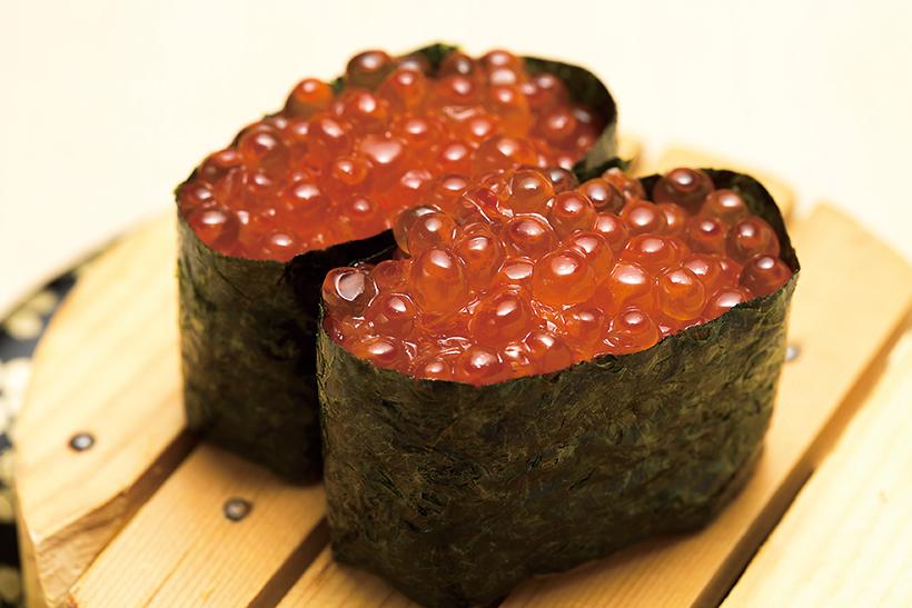 ↑知床羅臼いくら軍艦/二貫(480円) 秋鮭漁日本一の羅臼で採取 し、味付けしたいくらをたっ ぷり使用。大粒で皮が適度に柔らかく、口の中でとろける食感と濃厚なうまみが絶品だ