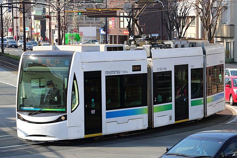 ↑T1000形「ほっトラム」も新たな豊橋の顔になって久しい。おしゃれな顔立ちをした路面電車だ
