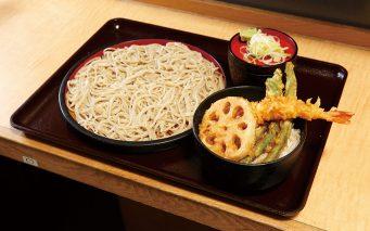 ↑「ミニ天丼セット」は えび、れんこん、いんげんの天丼に、かけかもりのそばがつく。天ぷらは天汁をかけてもサクサク