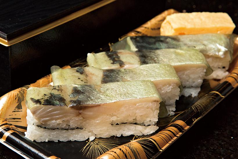 ↑鯖棒寿司(1080円) テイクアウトのみの販売ながら圧倒的な人気を誇る。さばのジューシーな脂と昆布のうまみ、シャリの酸味と甘みが絶妙に交じり合う