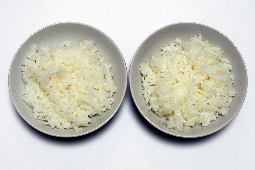 ↑廉価炊飯器(左)とRZ-YW3000M(右)で炊いたご飯を比較。RZ-YW3000Mのほうがみずみずしく艶があるのがわかります。また、廉価炊飯器で炊いたご飯は、形が崩れていたり、ダマになったりしているのが確認できます