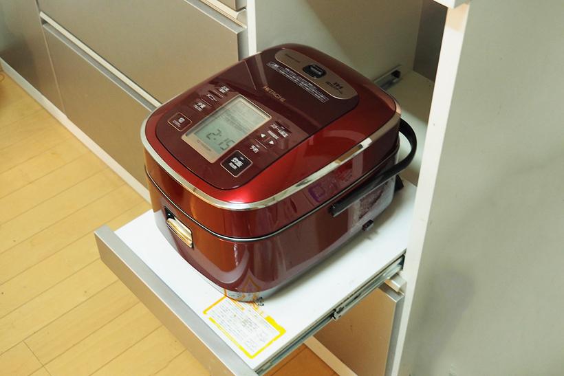 ↑最近の食器棚に多い、炊飯器用のスライド棚。調理中に引き出していると、ぶつかって邪魔なことが多いですが、RZ-YW3000Mなら収納状態で炊飯可能です