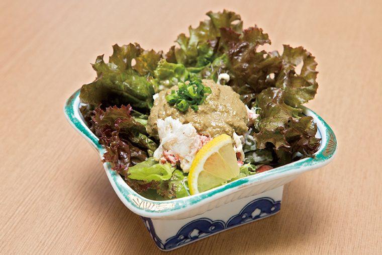 ↑カニミソサラダ(698円) カニミソとかにの身が たっぷり入ったサラダ。 カニミソの独特の苦み とうまみは、日本酒に もビールにも合う