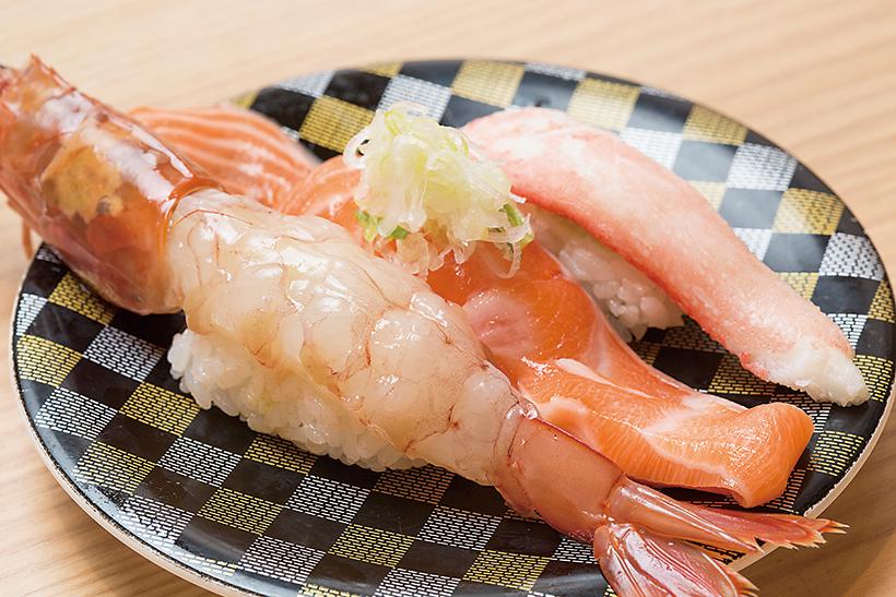 ↑北海にぎり(540円) )大赤えび、生 とろサーモン、本ずわいがに の三貫盛り。えびはぷりっと 弾ける食感で、頭にはみそがたっぷり。とろサーモンは脂のうまみが格別だ。