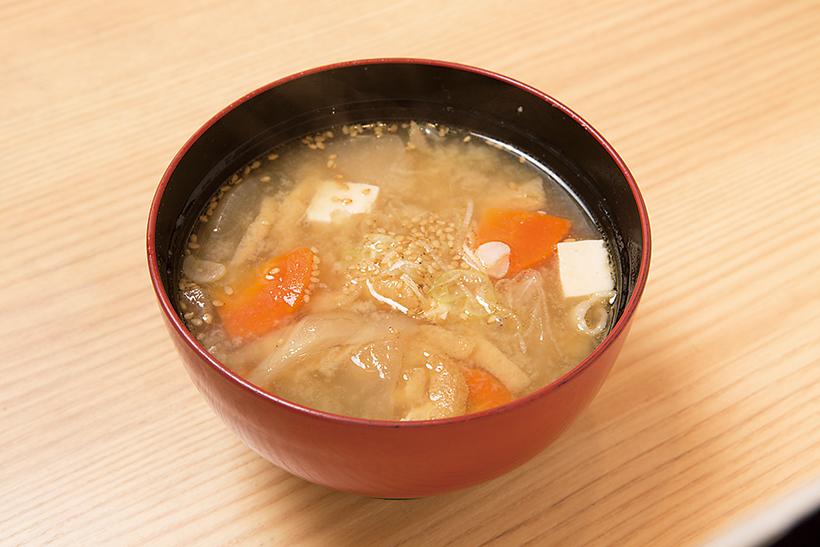 ↑名物ちゃんこ汁(216円) ボリュームたっぷりで人気。豚肉や野菜の甘みがよく出ている