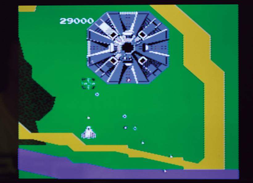 ↑八角形の巨大な要塞、アンドアジェネシス。4つの砲台から弾を撃ち出す。弱点は中央部のコア。メタリックな存在感がプレイヤーを圧倒した