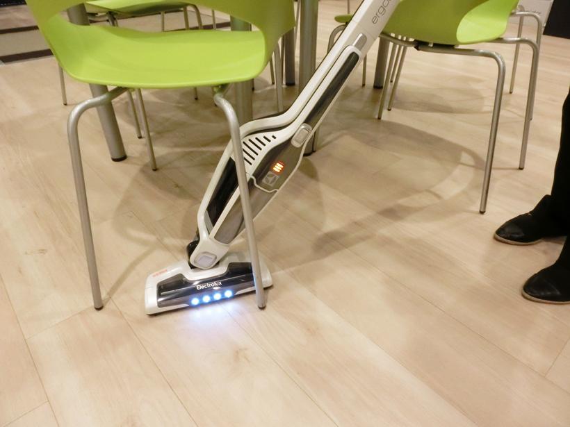 ↑抜群に軽く、ヘッドは自由自在に曲がるため、家具の足まわりなども快適に ヘッドにはLEDを搭載しているので、暗い場所のゴミも見えます