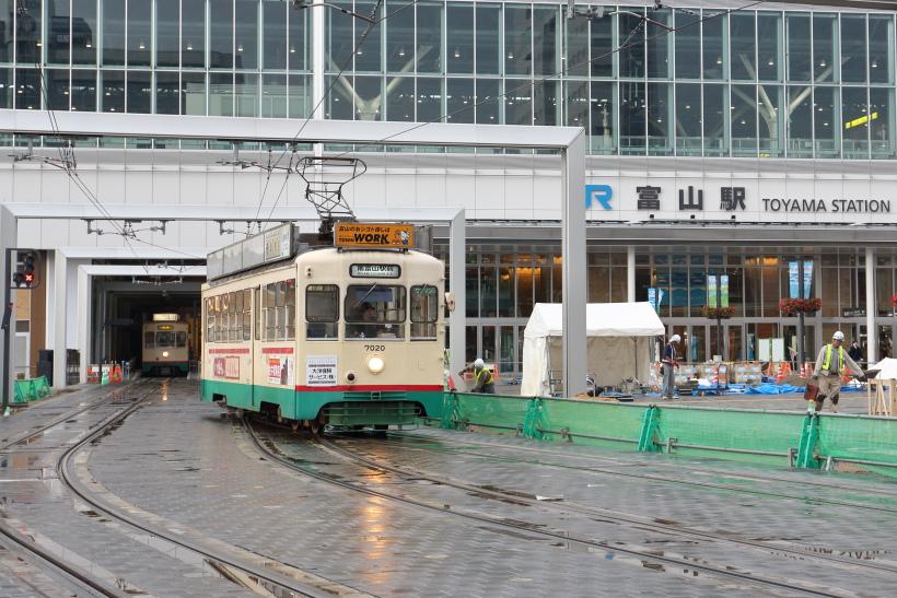 ↑2015年春の北陸新幹線の開業に合わせ、新幹線の高架駅の下に市内電車の富山駅が造られた